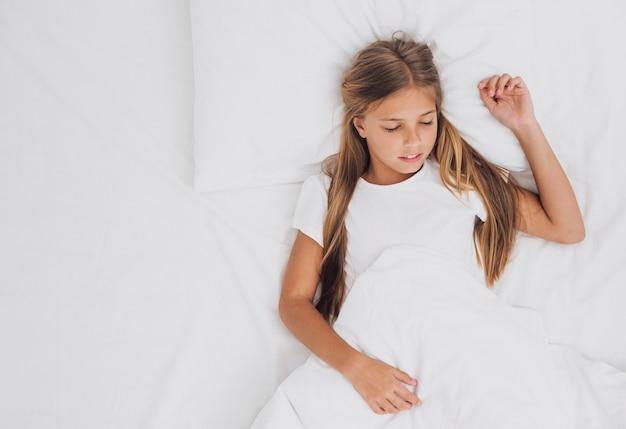 Vista superiore bambina che dorme con lo spazio della copia Foto Gratuite