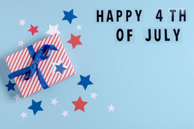 Vista superiore bandiera usa regalo avvolto con felice 4 luglio lettere e copia-spazio Foto Gratuite