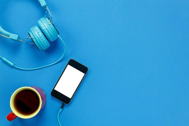 Vista Superiore Caffè Nero Telefono Cellulare E Cuffie Su Sfondo