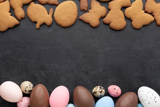 Vista superiore dei biscotti di pasqua con le uova di cioccolato Foto Gratuite