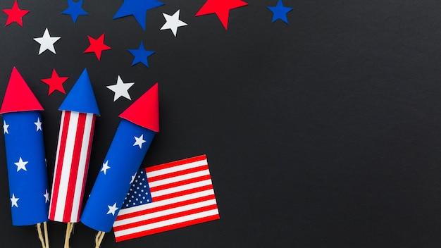 Vista superiore dei fuochi d'artificio di festa dell'indipendenza con lo spazio della copia e della bandiera americana Foto Gratuite