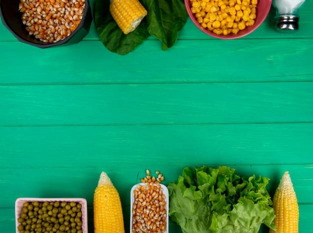 Vista superiore dei semi e dei semi del cereale con gli spinaci della lattuga del sale dei piselli su superficie verde con lo spazio della copia Foto Gratuite