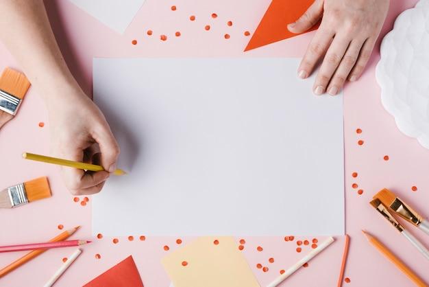 Vista superiore del disegno della donna con la matita gialla Foto Gratuite