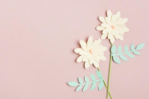 Vista superiore del fiore di primavera di carta con foglie e copia spazio Foto Gratuite