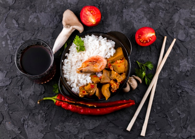 Vista superiore del piatto di riso e dei funghi Foto Gratuite