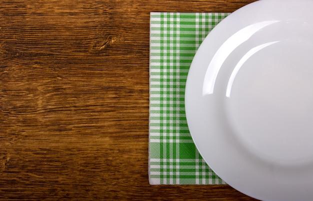 Vista superiore del piatto vuoto pulito sul ripiano del tavolo in legno Foto Premium
