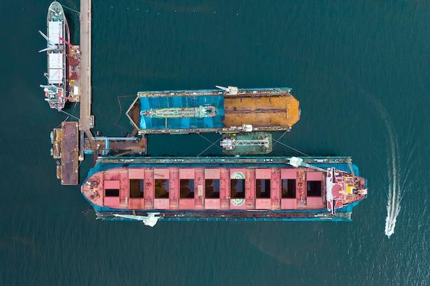 Vista superiore del porto di riparazione della nave, cantiere navale dell'industria pesante Foto Premium