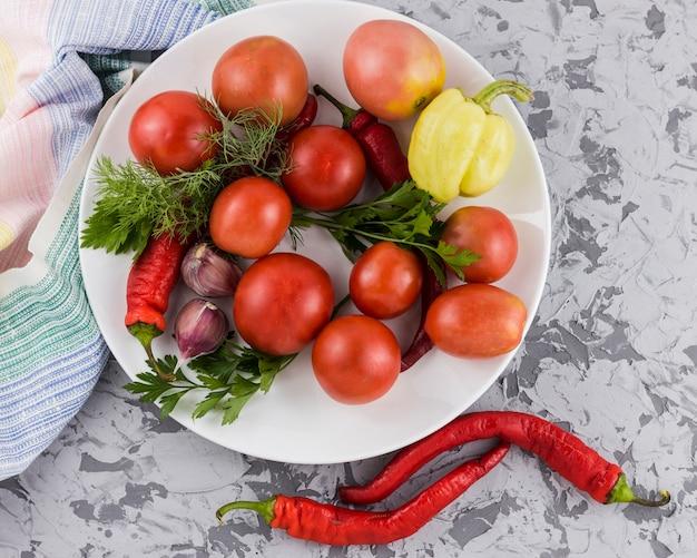 Vista superiore del raccolto delle verdure e dei pomodori Foto Gratuite