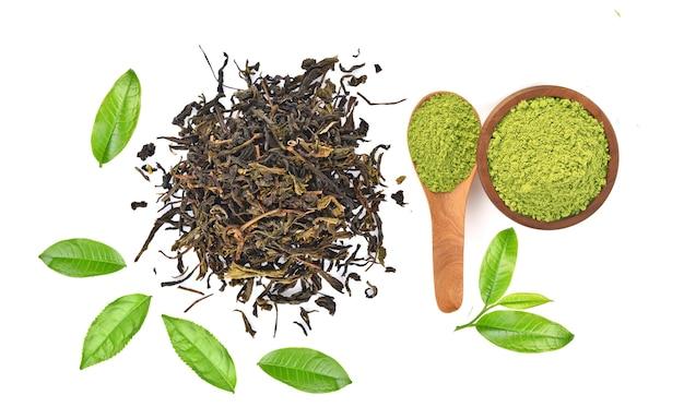 Vista superiore del tè verde della polvere e foglia di tè verde isolata su fondo bianco Foto Premium