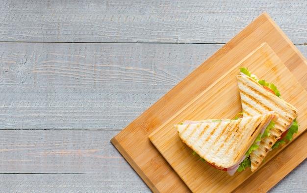 Vista superiore del toast sano del panino su un fondo di legno Foto Premium