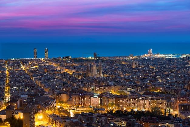 Vista superiore dell'orizzonte della città di barcellona durante la sera a barcellona, catalogna, spagna. Foto Premium