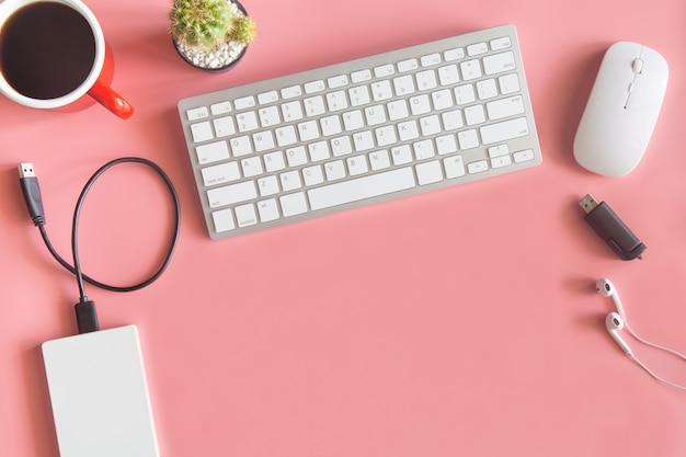 Vista superiore dell'ufficio dello scrittorio di rosa pastello con lo spazio della copia per input il testo. Foto Premium
