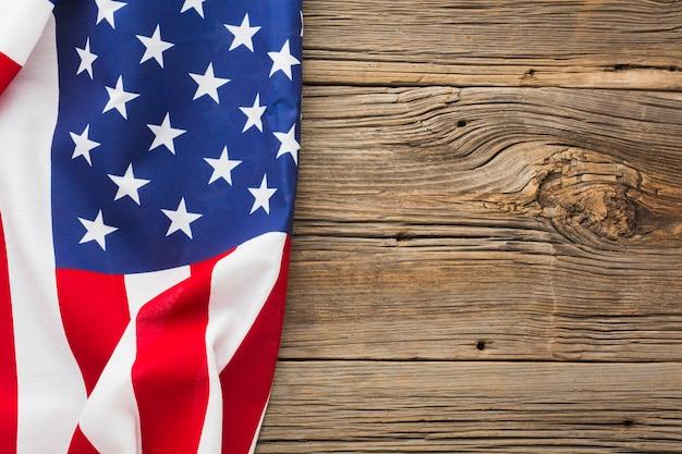 Vista superiore della bandiera americana su legno con lo spazio della copia Foto Gratuite