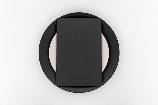 Vista superiore della carta menu vuoto semplice sul piatto Foto Gratuite