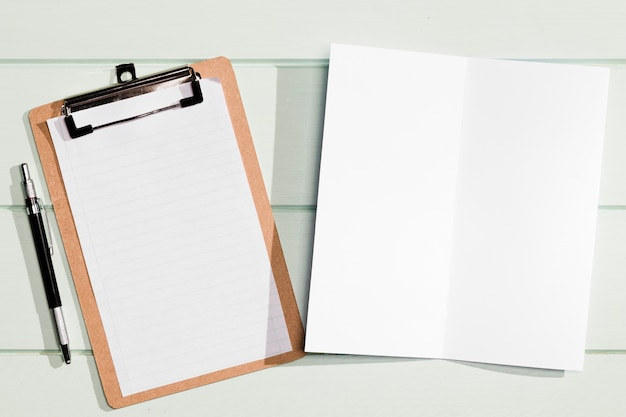 Vista superiore della lavagna per appunti e del blocco note dello spazio della copia minimalista Foto Gratuite