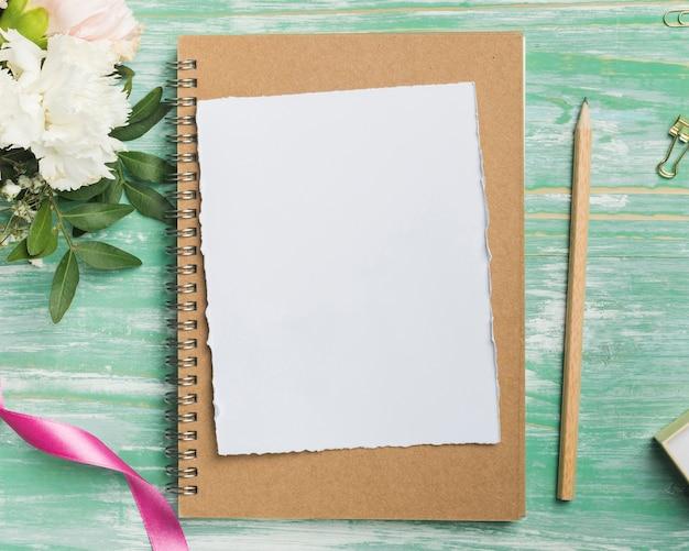 Vista superiore della matita e della carta in bianco Foto Gratuite