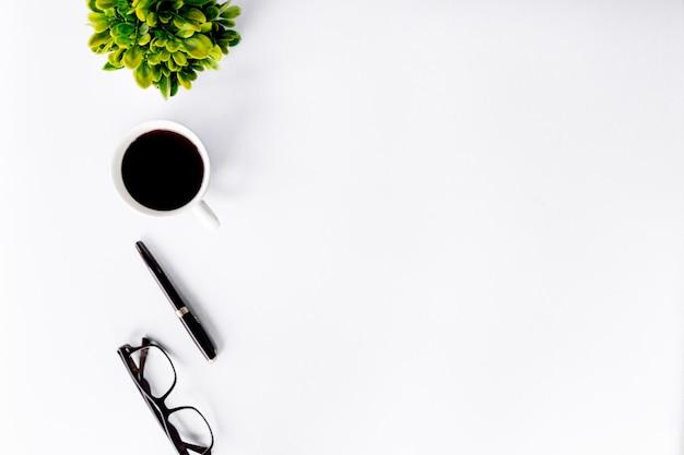 Vista superiore della scrivania moderna con area di lavoro in ufficio con copyspace, disposizione piana. Foto Premium