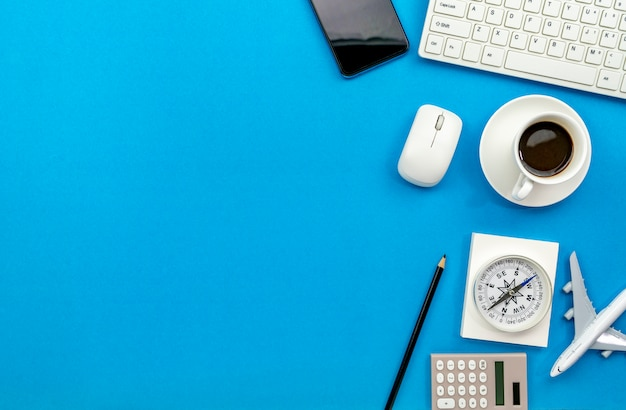 Vista superiore della tabella della scrivania del posto di lavoro e degli oggetti business di affari sullo spazio blu della copia del fondo per il vostro testo Foto Premium