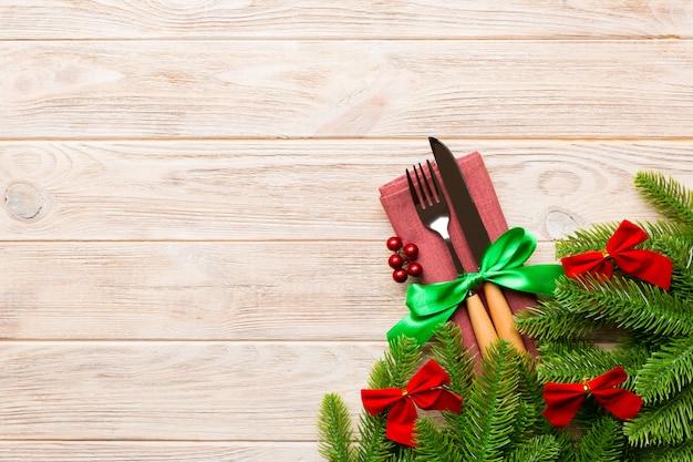 Vista superiore delle decorazioni di natale su legno Foto Premium