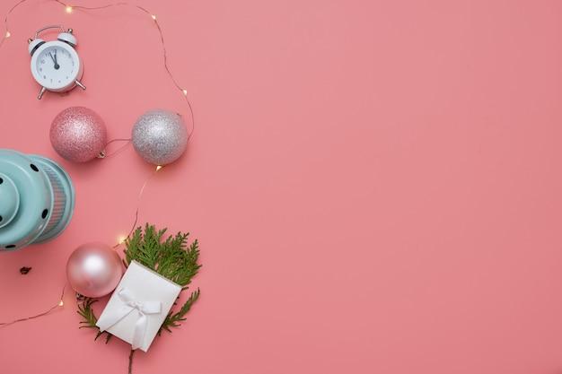 Vista superiore delle palle di natale e della lampada rosa della menta su fondo rosa Foto Premium