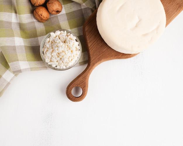 Vista superiore dello spuntino matto e del formaggio Foto Gratuite