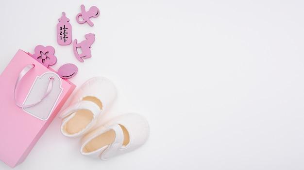 Vista superiore di piccoli accessori svegli della neonata con lo spazio della copia Foto Gratuite