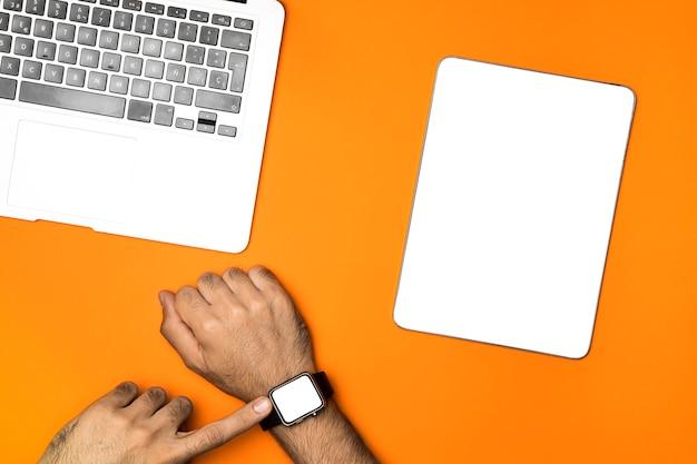 Vista superiore dispositivi mockup con sfondo arancione Foto Gratuite