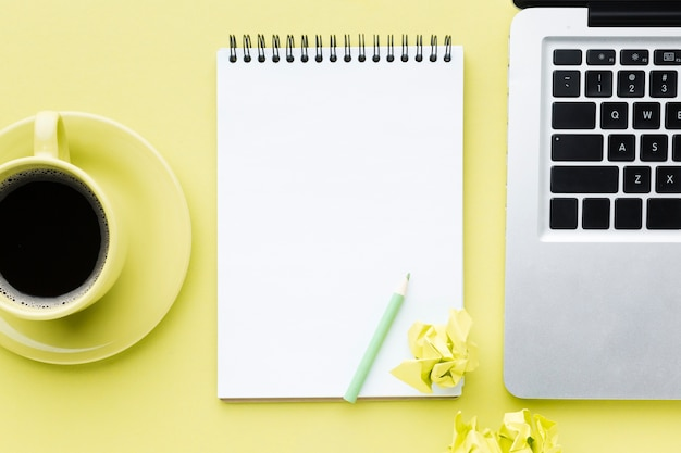Vista superiore in bianco del computer portatile e del blocco note Foto Gratuite
