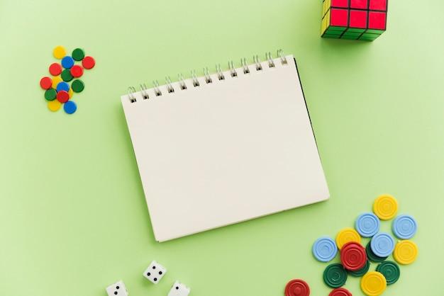 Vista superiore mock-up notepad con giochi a casa Foto Gratuite