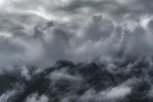 Vista tra le nuvole delle montagne del parco nazionale dei picchi d'europa, nel nord della spagna Foto Premium
