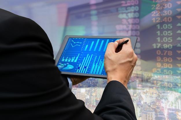 Visualizzazione del grafico del mercato azionario della compressa del touch screen di affari di tecnologia Foto Premium