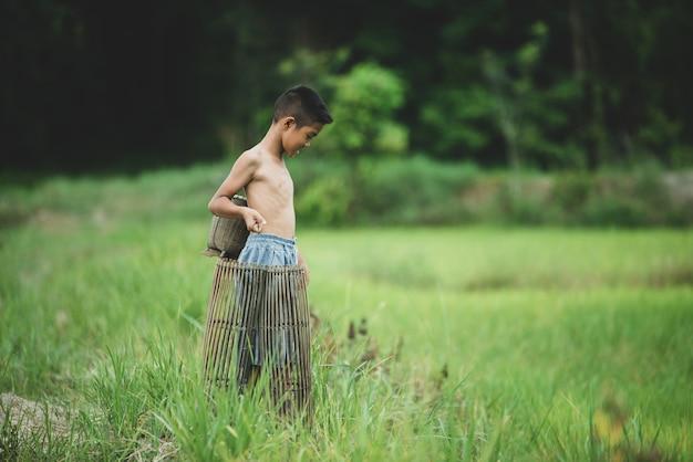 Vita asiatica del ragazzo sulla campagna Foto Gratuite