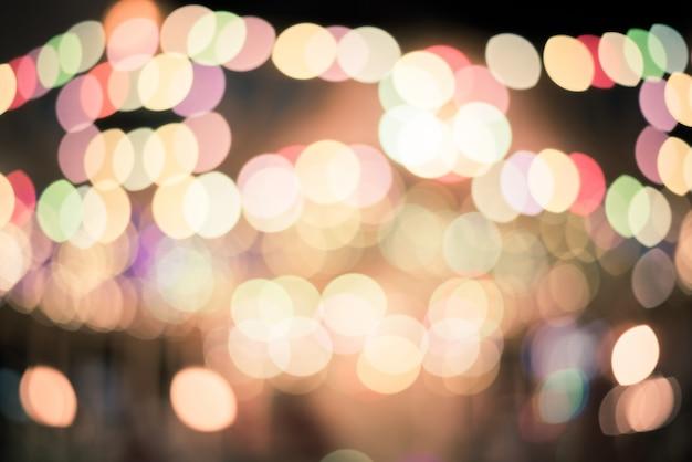 Vita notturna sfocata in città: automobili, persone e lampioni, stile retrò Foto Premium