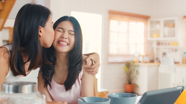 Vlog lesbiche asiatiche delle coppie delle donne dell'influencer del lgbtq a casa Foto Gratuite
