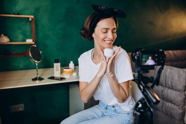 Vlogger di bellezza donna che filma vlog sulle creme Foto Gratuite