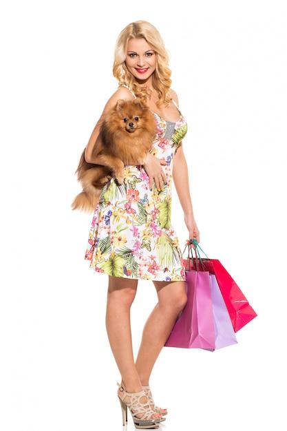 Voga. bella bionda con cane Foto Gratuite