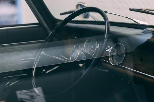 Volante di un'auto con interno marrone Foto Gratuite