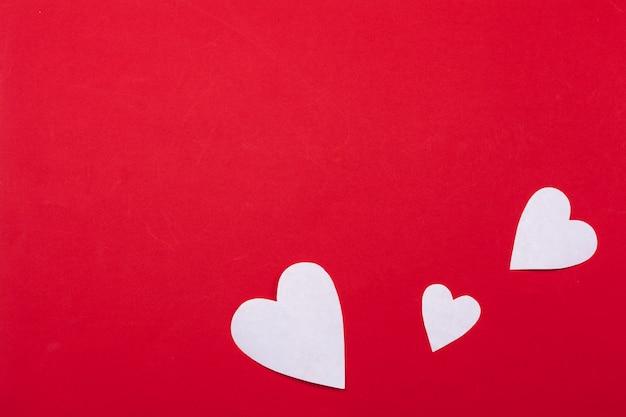 Volare cuori di carta rossa. san valentino. amore. copia spazio. Foto Premium