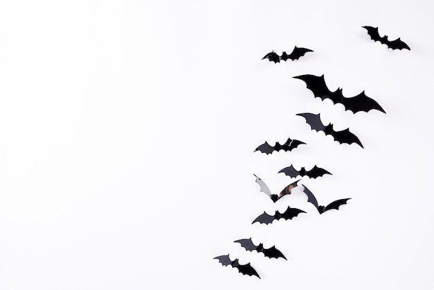 Volata di pipistrelli di carta nera di halloween Foto Premium