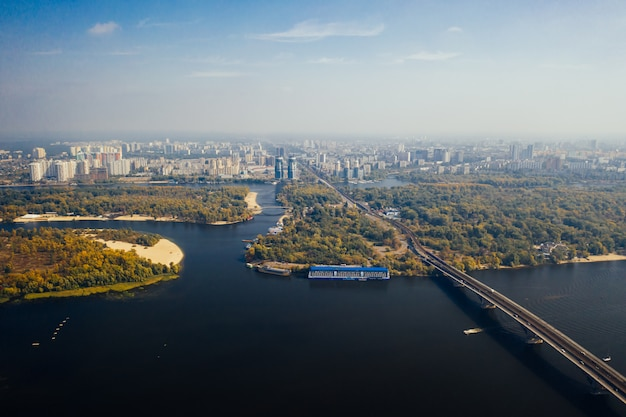 Volo sopra il ponte a kiev. fotografia aerea Foto Gratuite