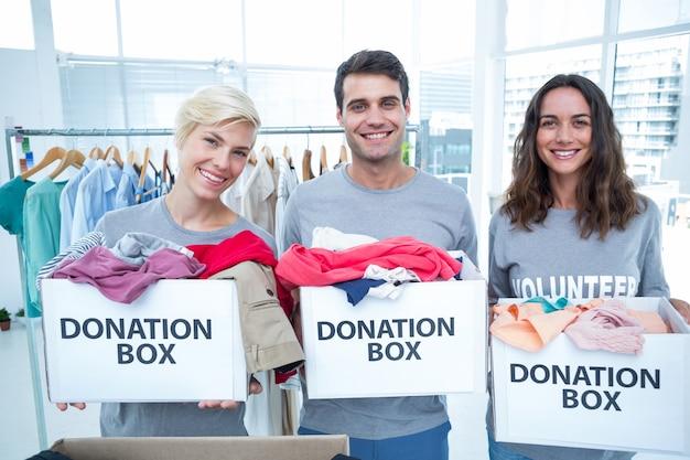 Volontari amici che tengono le scatole di donazione Foto Premium