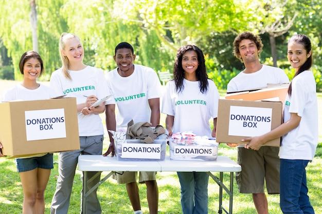 Volontari fiduciosi con scatole di donazione Foto Premium