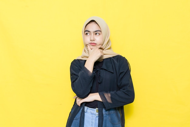 Volto confuso di una donna asiatica con una camicia nera Foto Premium