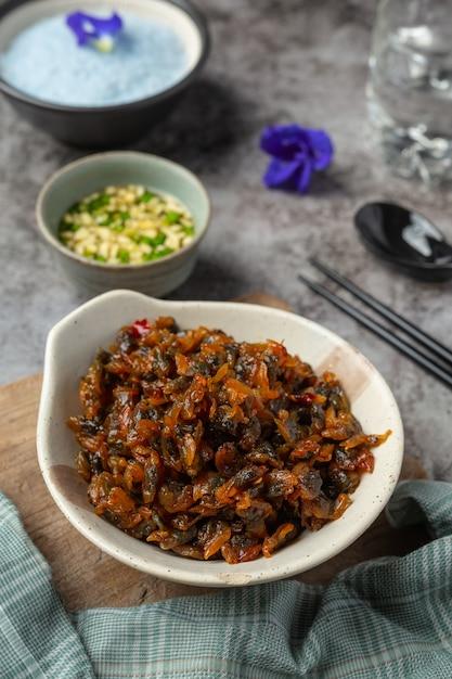 Vongole secche, servite con tre salsa aromatizzata servita con riso al vapore asian seafood concept. Foto Gratuite