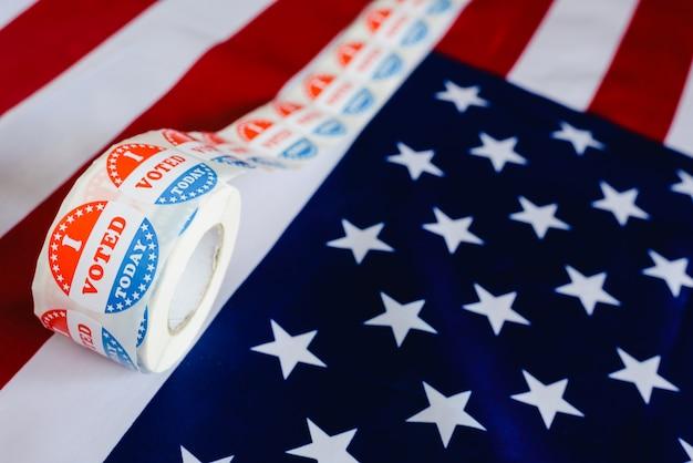 Voto oggi gli adesivi, nelle elezioni americane sulla bandiera americana. Foto Premium