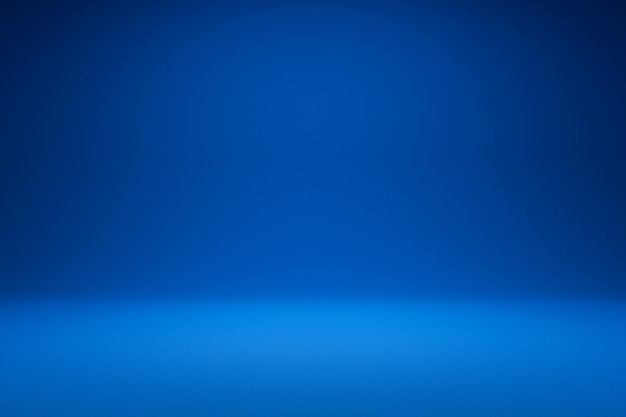 Vuoto sfondo blu e riflettori. rendering 3d realistico. Foto Premium