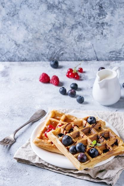 Waffle belgi con frutti di bosco Foto Premium