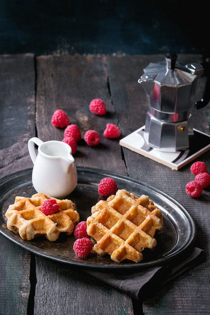 Waffle belgi con lamponi Foto Premium