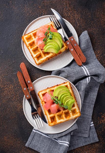 Waffle di formaggio cheto con avocado Foto Premium