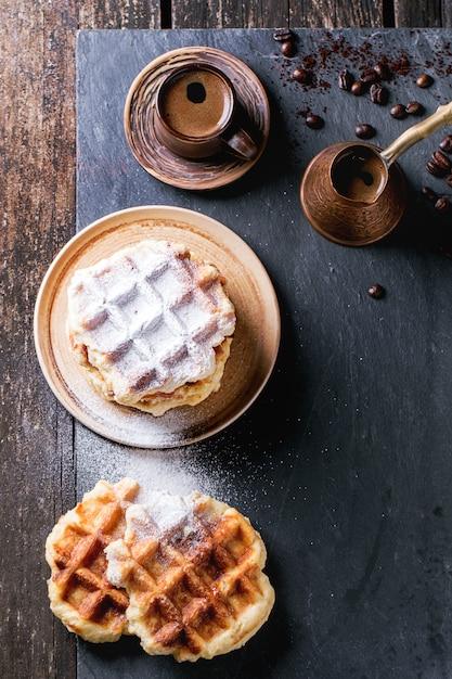 Waffle e caffè belgi Foto Premium